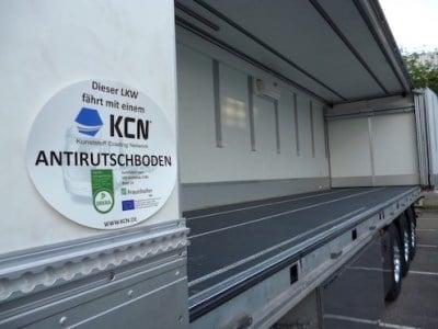 Sideliner mit Antirutschboden, im Vordergrund KCN-Plakette mit Dekra und Fraunhofer-Logo