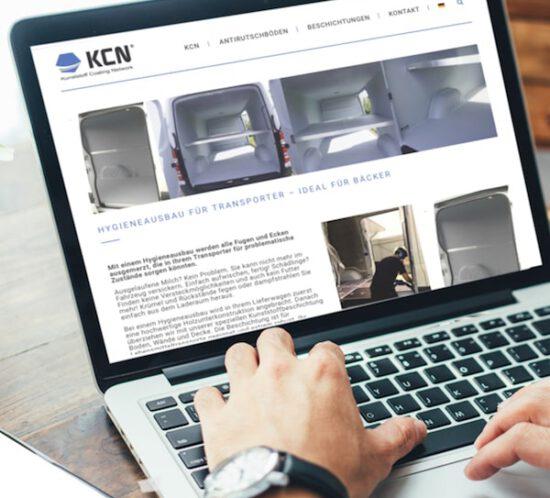 Person schaut am Laptop die neue KCN-Seite für Hygieneausbau von Transportern an