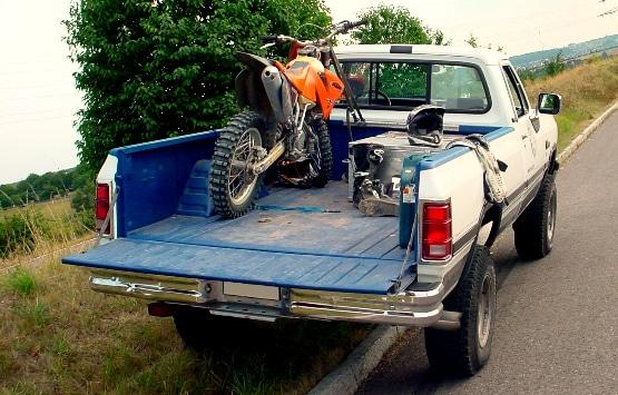 Pick-up mit Ladeflächenbeschichtung und geladenem Dirtbike
