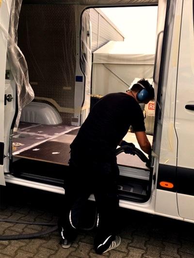 Ein Transporter wird für die Nutzfahrzeugbeschichtung vorbereitet