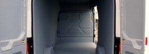 Ein von KCN beschichteter Transporter steht mit offenen Hecktüren auf dem Hof