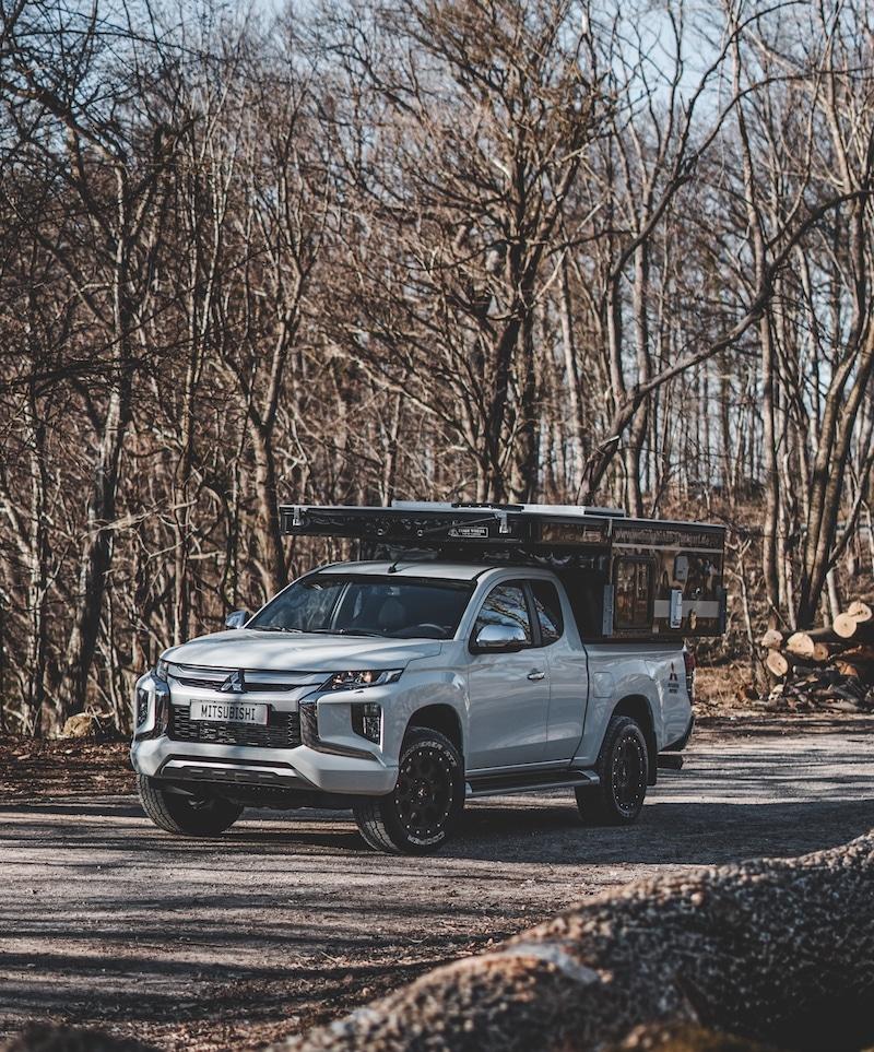 Pickup mit Wohnkabine im Wald